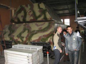 """Ludzie na tle czołgu PzKpfw VIII """"Maus""""."""