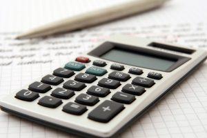 Kartka z ołówkiem i kalkulatorem
