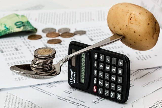 Pieniądze,kalkulator i ziemniak