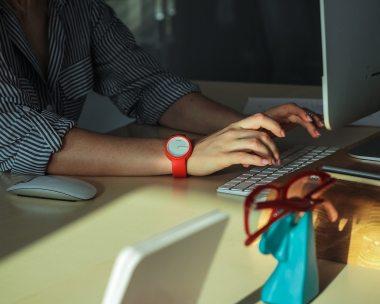 computer-desk-hands-2089373