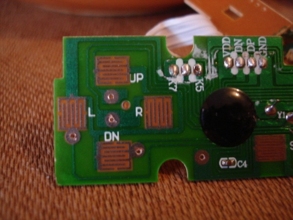 A placa de circuito impresso do joystick veio com áreas apropriadas para se furar e soldar fios extras.