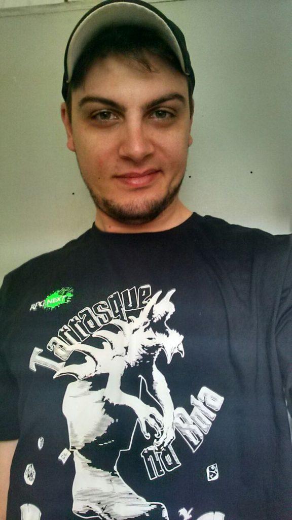 Diego Teixeira com camiseta Tarrasque na Bota