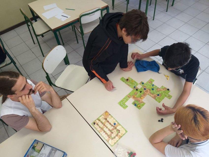 Crianças jogando Boardgame