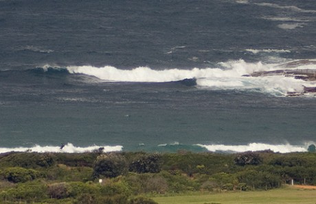 3pm: Dee Why showing some sets, but the cold is keeping it uncrowded.