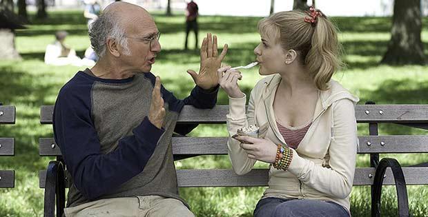 Hombre mayor enamorado de mujer joven