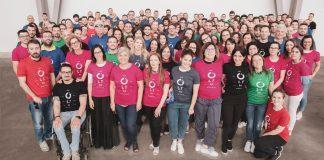 Foto di gruppo dei Collaboratori CGN con le t-shirt colorate CGN