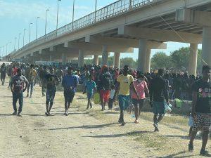 Thousands of migrants held in squalor under Texas bridge