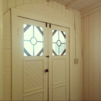 Beautiful round frame for the front door.