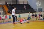 Zum ersten Mal fanden die Kreisjugendspiele im Ringen in der neuen Zweifeldersporthalle statt. Hamsat Jushaev (l.) leitet als Kampfrichter die Wettkämpfe.