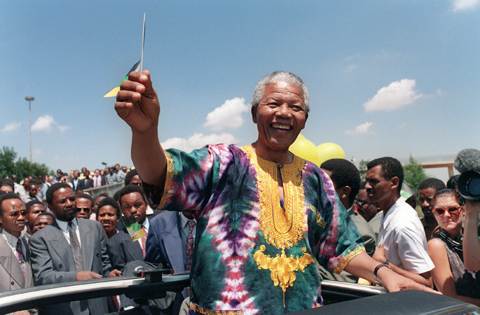 Nelson Mandela waves to supporters during an electoral meeting, 29 January 1994 in Johannesburg, as he is campaigning for presidential election. South Africans will vote 27 April 1994 in the country's first democratic and multiracial general elections. (AFP Photo)