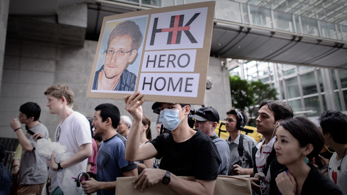 Protesters march to the US consulate during a protest in support of Edward Snowden from the US in Hong Kong (AFP Photo / Philippe Lopez)