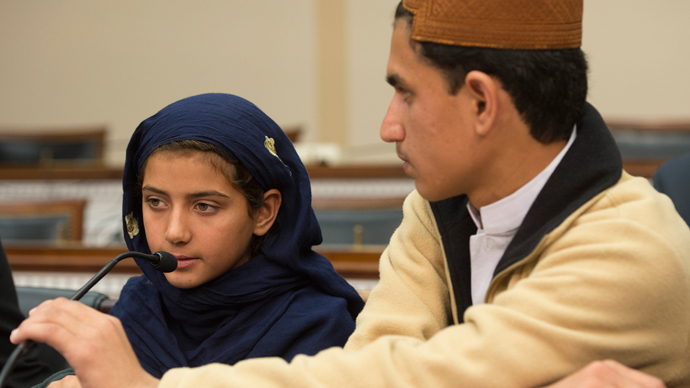 Nabila Rehman (L), 9, who was injured by a US drone strike in Pakistan,speaks as her brother Zubair Rehman (R) looks on during a press conference on Capitol Hill in Washington, DC, October 29, 2013 (AFP Photo / Jim Watson)
