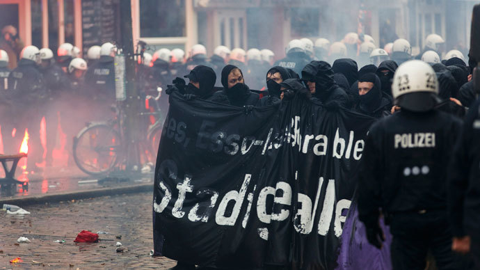 Protesters hold up a banner during clashes in front of the 'Rote Flora' cultural centre during a demonstration in Hamburg, December 21, 2013. (Reuters / Morris Mac Matzen)