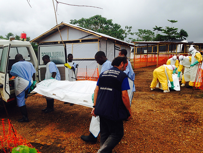 Volunteers carry bodies in a centre run by Medecins Sans Frontieres for Ebola patients in Kailahun July 18, 2014 (Reuters / Tarik Jasarevic)