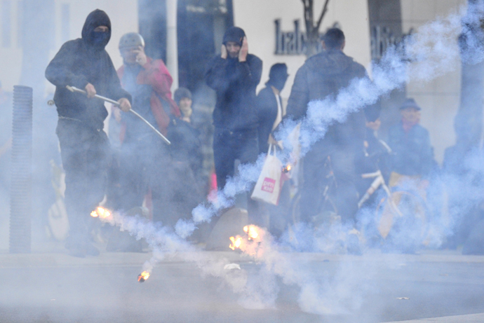 Protesters stand as flaming objects hit the ground during clashes with police on November 1, 2014 in Nantes, western France (AFP Photo / Georges Gobet)