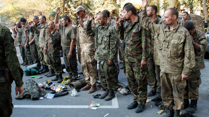 Ukrainian servicemen taken out of the encirclement outside in Donetsk.(RIA Novosti / Gennady Dubovoy)