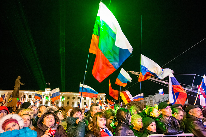 """Simferopol residents attending the """"Crimea-Spring"""" concert on Lenin Square in the city center on the day of voting in a referendum about the status of Crimea (RIA Novosti)"""