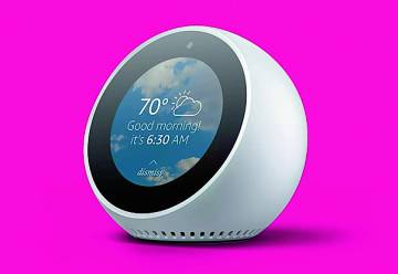 Echo Spot Se lanzará en EE UU en el mes de diciembre para convertirse en la reinterpretación del reloj despertador, pero es mucho más. Su pequeña pantalla permite visualizar la hora, la predicción metereológica, hacer videollamadas, etcétera.