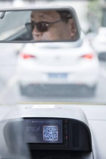 Un taxi de Shanghái muestra el código QR con el que se puede pagar el viaje utilizando Alipay.