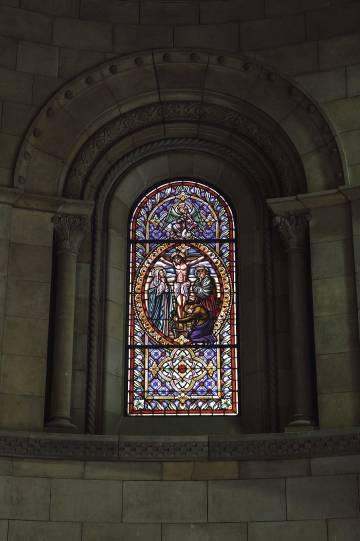 Una de las vidrieras neogóticas de la capilla de la Torre Girona.