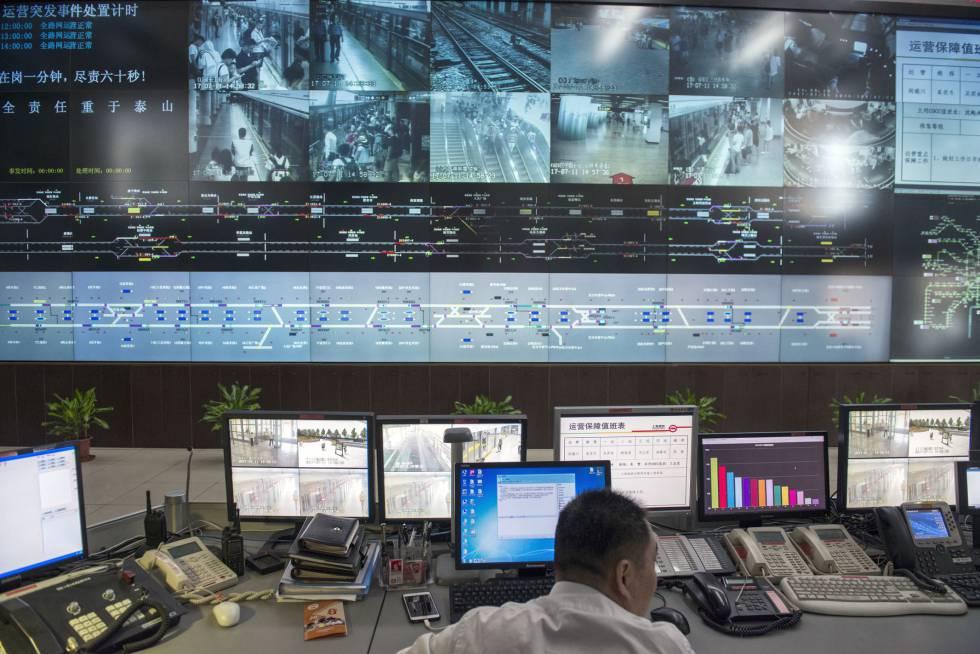 30.000 cámaras velan por su seguridad: la sala de control del metro de Shanghái, que monitorea a más de un millón de personas en hora punta.