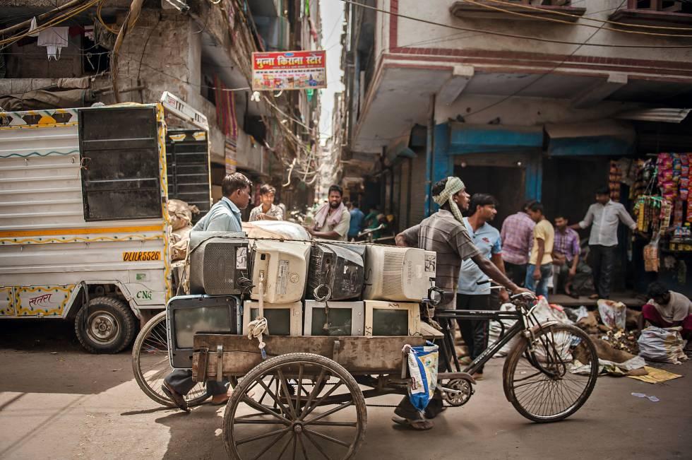 30.000 personas trabajan en el vertedero de Seelampur de Nueva Delhi, que recibe ordenadores o móviles de toda la India.