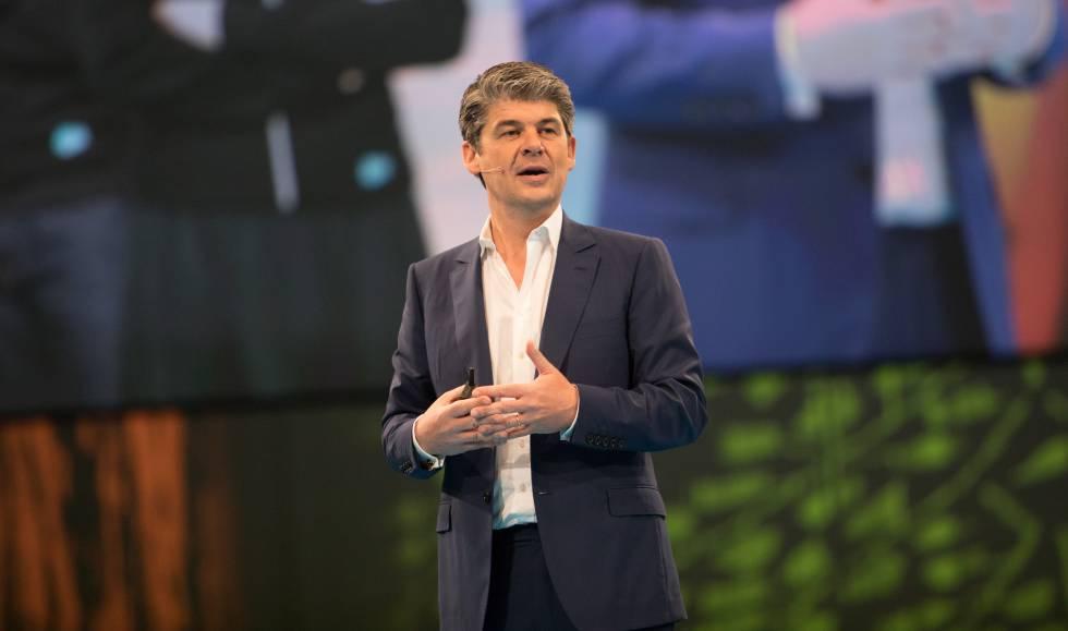 Alex Dayon, presidente de Salesforce, durante un congreso de la compañía en París este año.