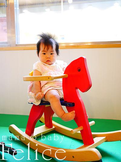 姫ちゃん木馬に乗る