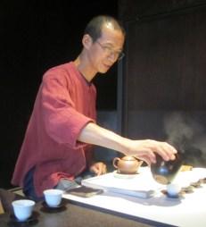 Teemeister Yang beantwortet gerne alle Fragen zum Tee