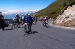 An der Gipfestation war viel los. Sie war das Ziel eines Fahrradrennens, das auf der Westseite des Berges gestartet war. Bei 60km Bergauf und knapp 3000 Höhenmetern erreichten einige nur zu Fuß das Ziel.