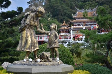 Au fond, le temple taoïste