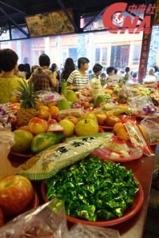 Gateaux, pâtes de riz, biscuits, bonbons, fruits et légumes sont les offrandes les plus courantes dans les temples