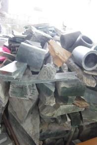 """Jades bruts ou """"déchets"""" de jade entassés dans l'atelier"""
