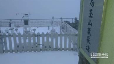 Les sommets sont blancs immaculés et calmes