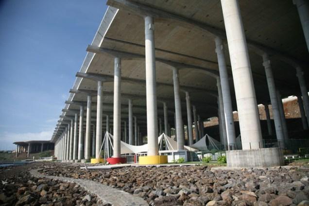 Embaixo da pista foi construído um um complexo com espaço de esportes, restaurantes e praças chamado de Parque Desportivo Água de Pena