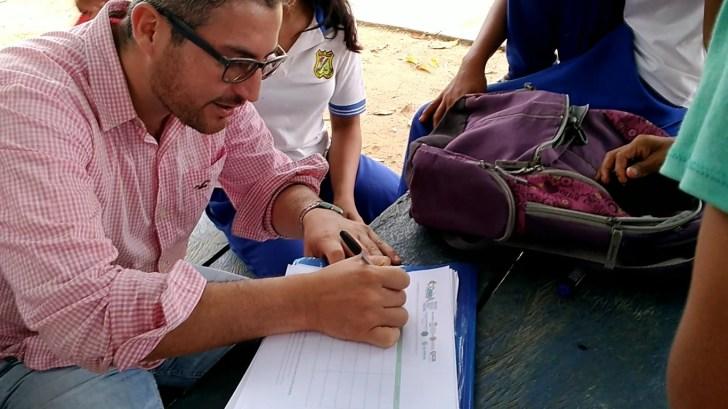 Duber Zamora lleva el control de sus actividades con los jóvenes de Puerto Alegría. Foto: Mauricio Orjuela.