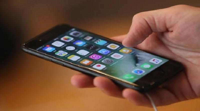 """Mobilni telefoni i internet """"zarobili"""" naše živote"""