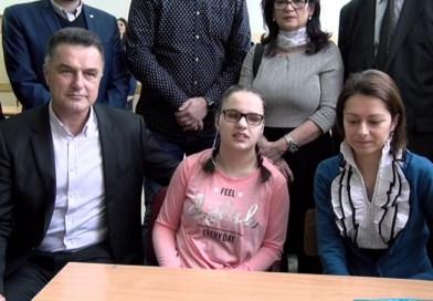 Nagrađena slabovida učenica dobila vredan poklon od Grada
