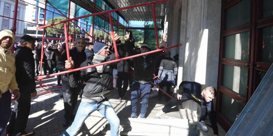 Protesta e dhunëshme e PD_së, 40 të arrestuar.