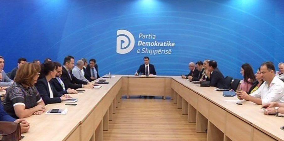 Grupi parlamentar i PD voton pro djegies së mandateve