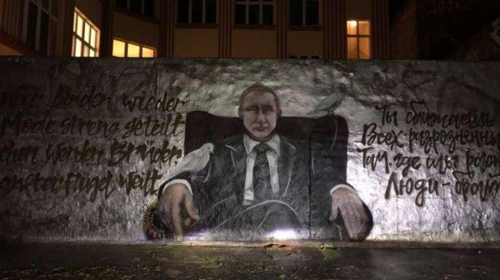 Германия: граффити для Владимира Путина в День Рождения