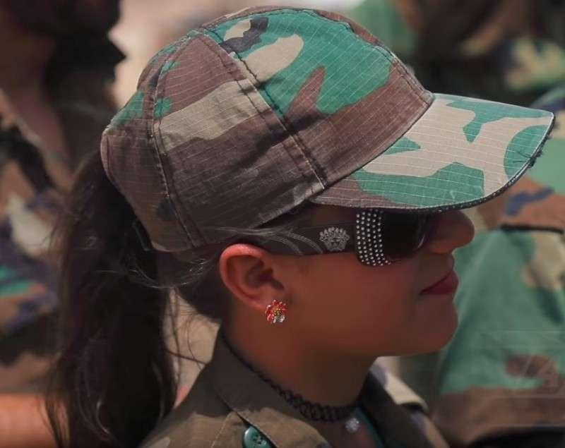 Уникальные кадры: Российские военные и сирийские красавицы отобрали у боевиков США пояса смертников и оружие вРухейбе (ВИДЕО)