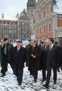 Экс-мэр Москвы давно присматривался к жизни в Латвии (на фото 2002 года на переднем плане слева направо — Юрий Лужков, вице-мэр Риги Сергей Долгополов и мэр Гундарс Боярс). Фото: / ИТАР-ТАСС /Архив новостей /