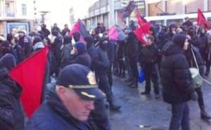 Акция левых радикалов возле салона тату на Хольбергс пласс в Осло