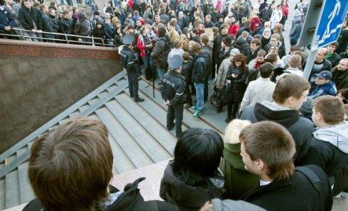"""Толпа людей у входа на станцию """"Октябрьская"""" минского метро, где в понедельник прогремел взрыв"""