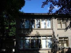 Картины в окнах этого дома, расположенного на территории бывшей Большой Вильнюсской синагоги, напоминают о ней.