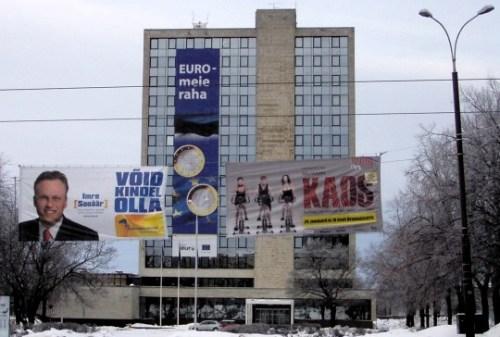 25-метровый плакат, в который завернулось эстонское Министерство финансов в столице Таллине, гордо провозглашает: «Евро, мои деньги».