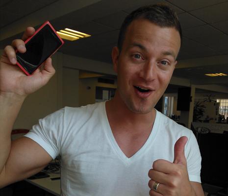 Микко Линтунен со своим смартфоном Nokia Lumia 800