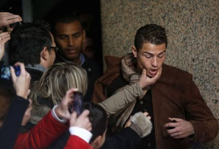 """В тройке претендентов Роналду выглядит главным плейбоем. """"Я красив, богат и знаменит"""", - говорит он сам про себя."""