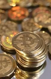 27 ноября, 2013 Стоимость одного биткоина превышает $1000 Биткоин начал стремительно дорожать с мая 2013 года, когда за него давали $130. Однако уже в октябре его стоимость подскочила до $200, к ноябрю – до $900, а затем превысила порог в $1000.